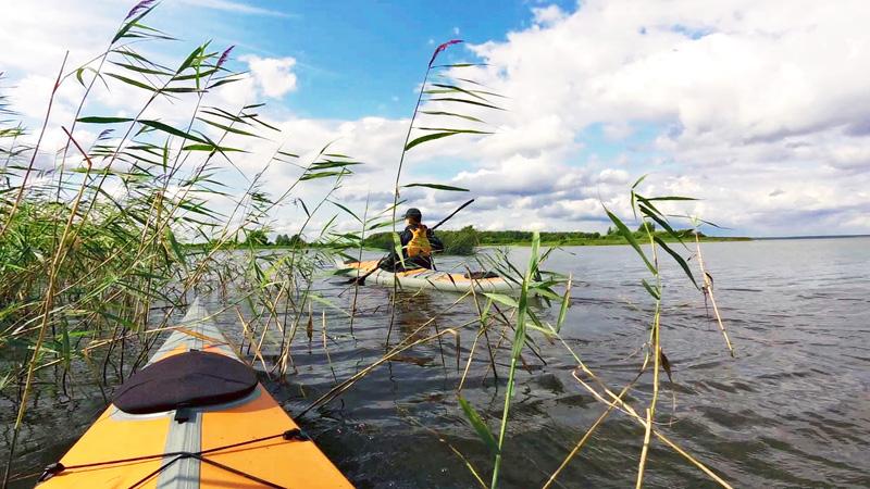 Чем мне нравится водохранилище – это разнообразием своих ландшафтов. Заросли, протоки, лабиринты островов, большие пространства отрытой воды, притоки рек – всё, что пожелает пресноводная каякерская душа. При этом половина водохранилища относится к Ярославскому заказнику. Т.е. в этой части нет почитателей природы на моторных лодках, которые они, как правило, грузят ружьями, сетями, водкой и мусором.