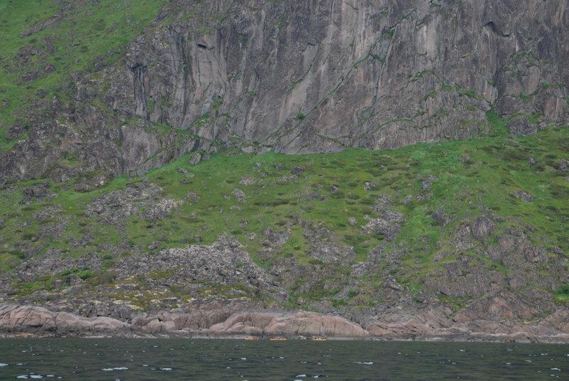 14:00. На мысу, разделяющим этот фьорд и следующий, в скальной расщелине остановились на обед. Накрапывает дождь.