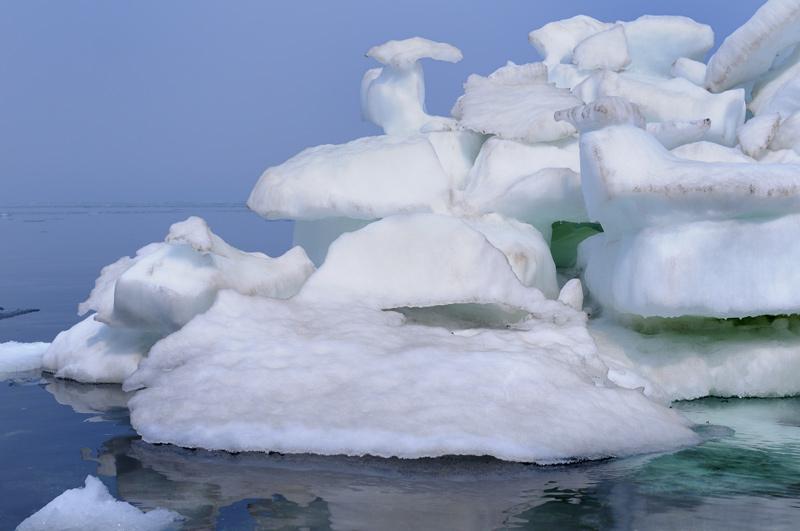 Причудливые белые постройки тают на глазах. Местами проход полностью перекрыт плавающими льдами, иногда вода представляет собой вязкую лядяную кашу. Грести через такой кисель достаточно тяжело, льдышки скребут по корпусу, весло вязнет в непривычной среде.