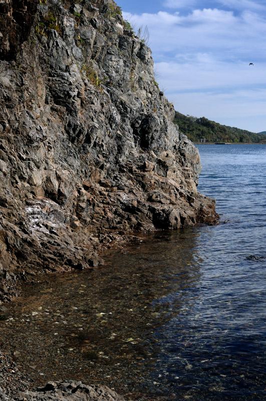 За островом Папенберга виднеется полуразрушенный военный объект. Когда-то специально обученный боец отпугивал проплывающие мимо этого берега лодки.