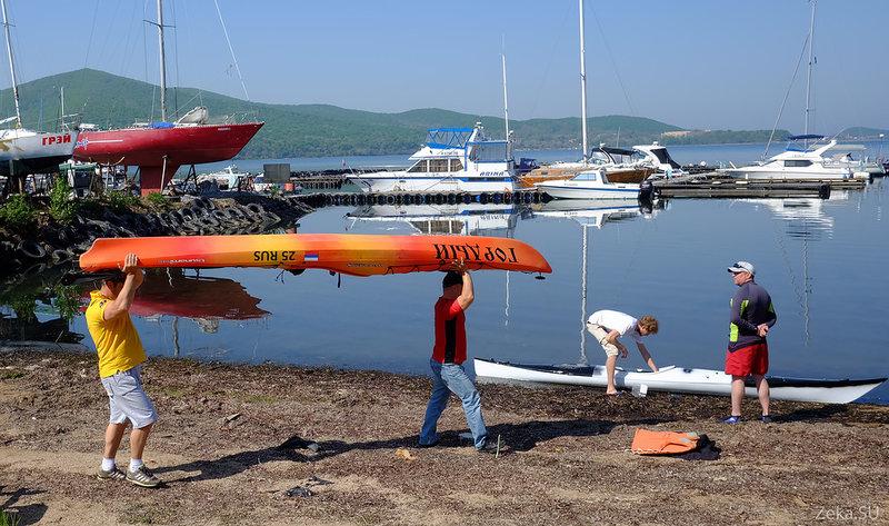Участники несут и несут свои бесконечные лодки