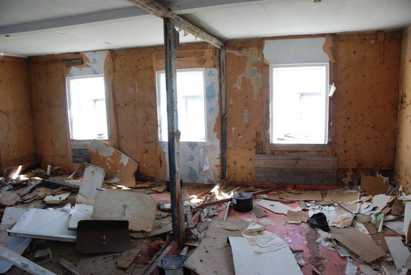 Но жизнь из этого дома ушла видимо не очень давно. Обои, занавески в одном из углов выглядят как в обитаемом жилище.