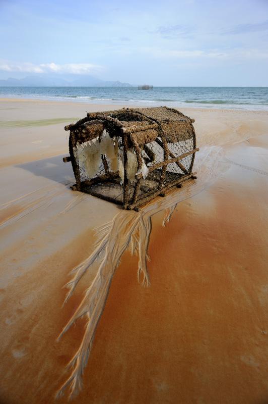 Лангкави — небольшой тропический остров скучающий где-то в промежутке между Малаккским полуостровом и Суматрой. Место необремененное какой-то особой экзотикой, но вполне пригодное для пляжного батонства и прочих каякерских заплывов.