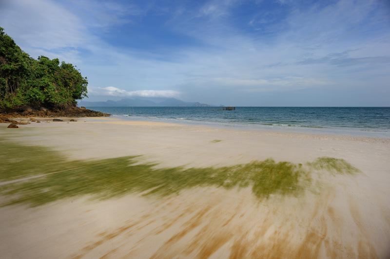 Отливы обнажают ровное песчаное дно с полосками водорослей. Хотя Лангкави считается достаточно затоптанным местом массового туризма, найти пустые берега не составляет труда.