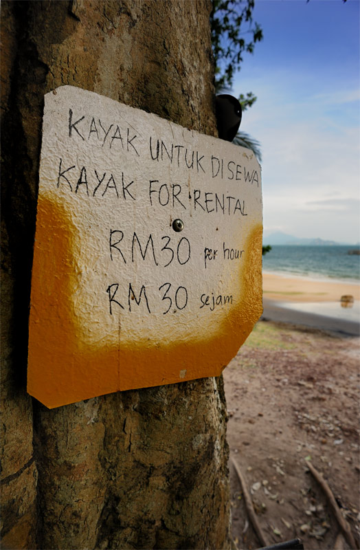 Каяки можно найти напрокат в каком-нибудь сарае на уединенном пляже, или чуть более приличную модель с менее инвалидным веслом — у специализирующихся на морском каякинге аборигенов. В масштабе высоких цен Лангкави, каяк на сфотографированной табличке предлагают за шесть кокосов в час.