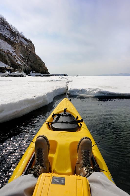 В прошлом году обойти льды удалось вдоль кромки берега. Увы, в этот раз трещина слишком узка даже для каяка.