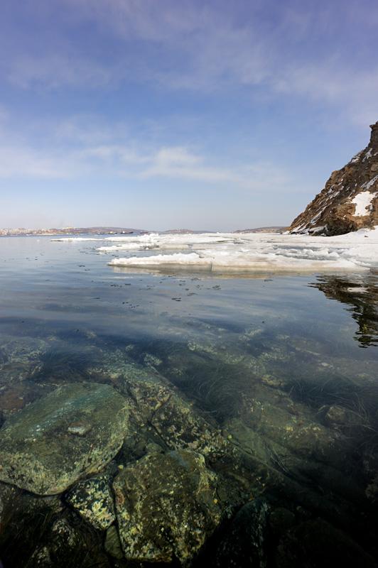 Зато кристально прозрачная вода демонстрирует одинокому каякеру подводные красоты зеленых камней и озимых водорослей.