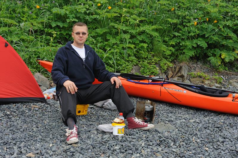 Толстовку надел специально, чтобы сфотографироваться, за три минуты чуть не сварившись в ней. Лето выдалось необычайно жаркое. Если бы не туман, не поверил бы, что это родной Владивосток.