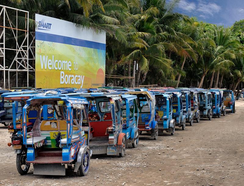 Остров практически лишен автомобилей, основной транспорт составляют многочисленные трициклы. Трехколесные бешеные табуретки снуют по узким бетонным дорогам, порой организуя заторы и трициклетные пробки.