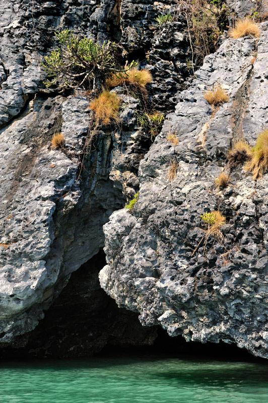 Дырявые берега островов манят прохладой мрачных щелей и сырых нор. Заплыв под каменные своды не хочется покидать мокрое убежище, возвращяясь к закипающей на солнце водной глади. Жарко. Если постоянно мочить водой гидромайку, высыхая, она покрывается толстой коркой соли, через пару часов становишься похожим на пересушенную и пересоленную воблу.