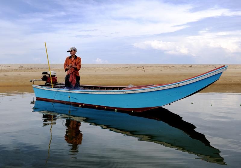 В лагунах рыбаки ставят сети, охотясь на какую-то рыбью мелочь.