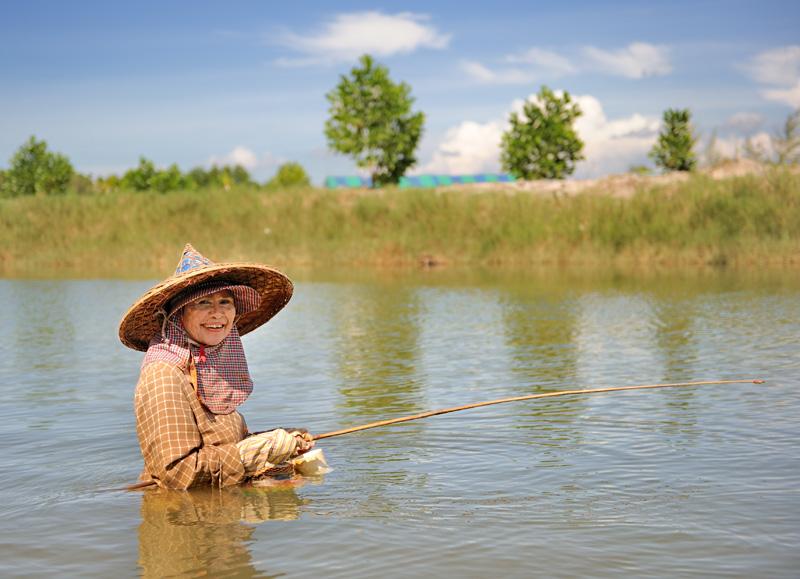 Пролегающие вдоль дорог каналы слегка нафаршированы рыбаками, почему-то сплошь женского пола. При этом ловля рыбы подразумевает достаточно полное погружение в процесс.