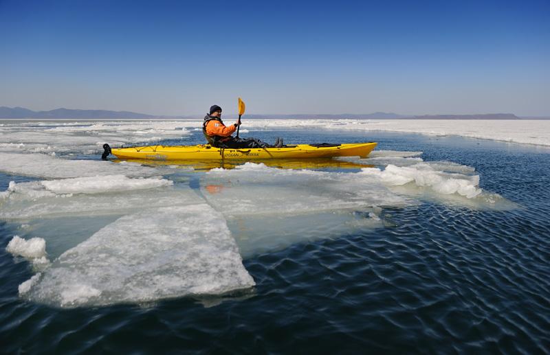 Амурский залив был плотно забит льдом, углубляться в который решили без лишнего фанатизма, поскольку принудительный дрейф в Корею в наши планы не входил.