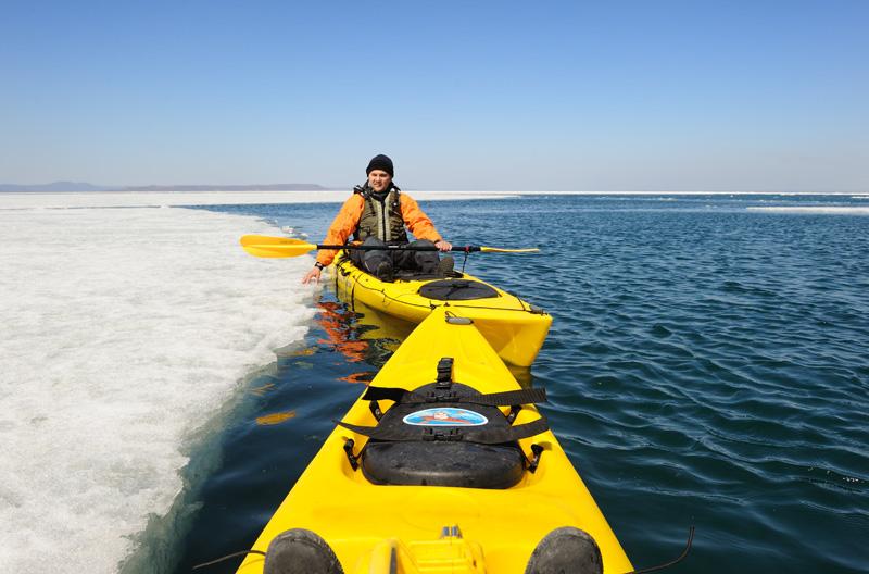 Высаживались на важно проплывающие мимо обширные льдины. Лед толстый, но уже рыхлый.