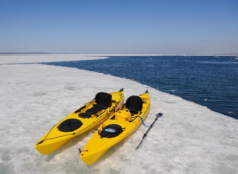 Дедушка Ocean Kayak Prowler 15 и его современный внук. С виду очень похожи, хотя в деталях — совершенно разные лодки.