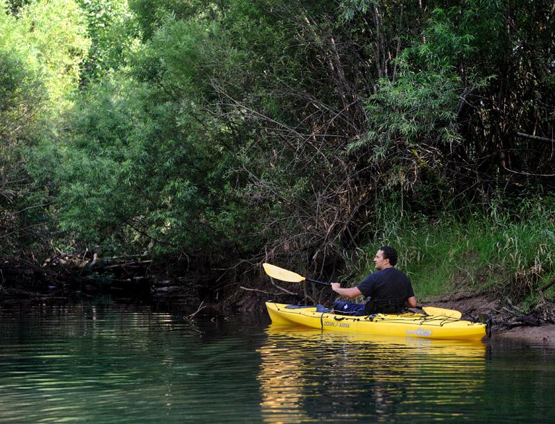 Однако, передвижение на каяке само по себе накрывает такой волной приятных ощущений, что нетрудно, вовсе забыв про рыбалку, углубиться в изучение болотных дебрей.