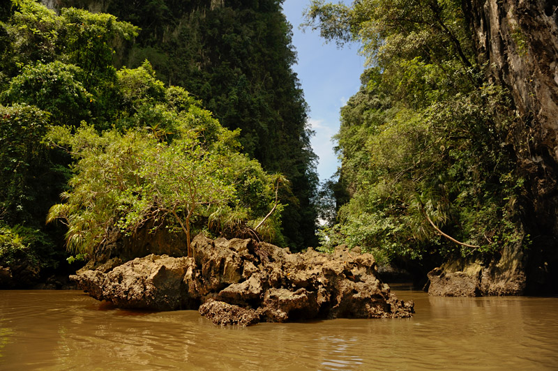 Местные горные породы достаточно легко растворяются водой, что привело к образованию весьма причудливого рельефа.