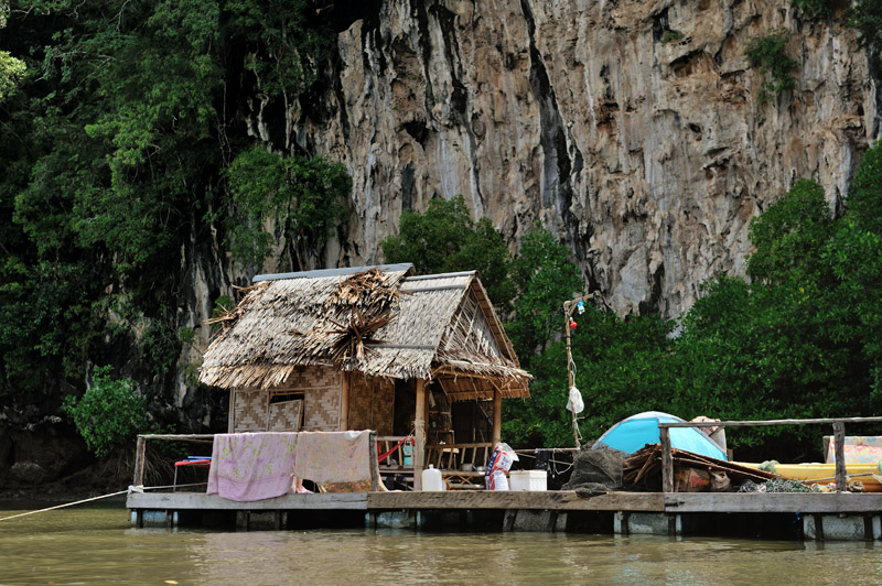 Палатка на плоту скромно намекает, что и сам ночлег на реке не так прост. Берегов в привычном понимании нет, забомжиться негде.