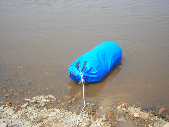 Все упаковано в один баальшой,который испытан на плывучесть. Выдержал.