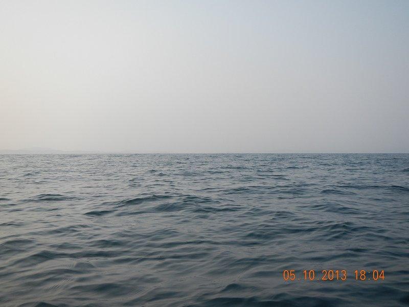 Потом, на фото, сделанным на этот момент, разглядел берег в районе Фокино - Дунай. Так что это был не мираж.  Рыбаки уже не попадались. Шел по солнцу. Ориентир не очень удобный, вдобавок он был сбоку и чуть позади, поэтому сверялся по компасу.