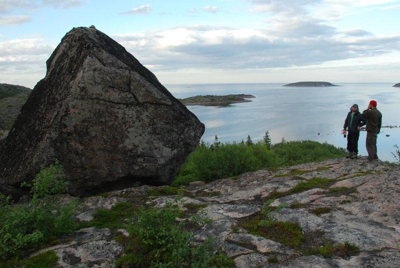 20:47. Ещё один камень, поставленный озабоченными гражданами вертикально.