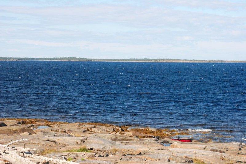 Облаков нет, голубое небо, ярко синее море. А потому настроение всё равно хорошее. Пройдено всего 10 км, т.е. треть дневной нормы. Совсем никуда не годится. Значит надо посидеть, понаблюдать, а потом всё-таки на воду. Сделал перекус, погулял по острову.
