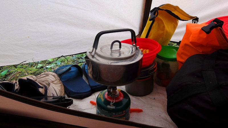 Непогода загнала меня вместе с кухней в тамбур палатки.