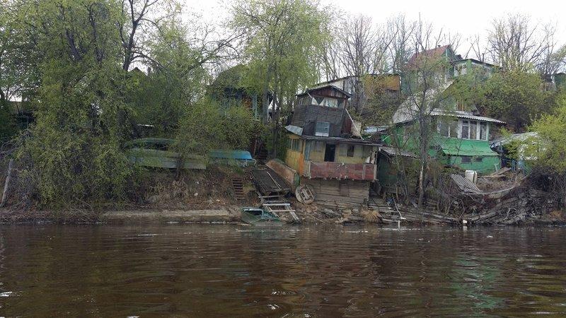 Время 14:50, проплываем мимо заброшенных на первый взгляд домиков с кучей лодок.