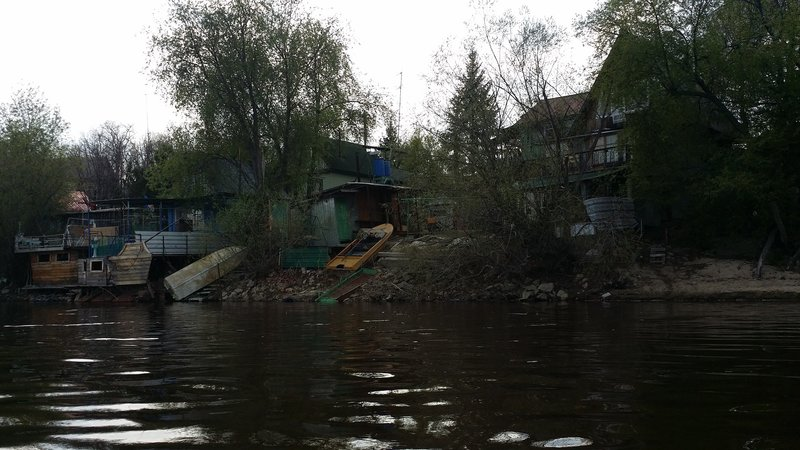 Виднеются и жилые дома, скорее всего это дачи. Выбежала детвора.