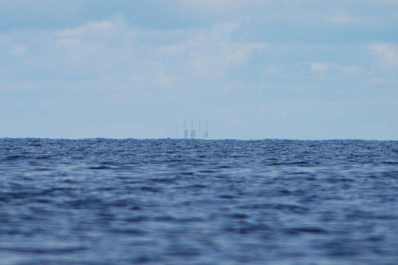 12:20. Уже плыву вдоль берегов острова Сидоров. На этом острове мы с группой в 2009-м провели два расчудеснейших дня! Хочу найти место, где мы стояли. От нетерпения незаметно для себя раскочегарил лодку до 7 км/ч.
