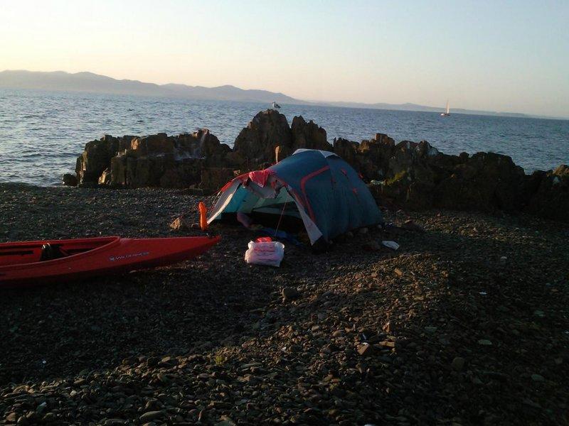 Выход на берег (крупная галька) удобен с западной стороны большого брата, но, по моим наблюдениям, только во время прилива.