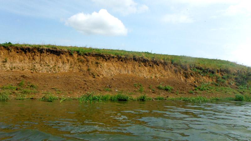 На обрывистых берегах полно дыр от крупнокалиберного пулемета, а скорее все же каких-то нор, очевидно, птичьих. Растительность на берегах скудная. Такое ощущение, что плывем по саванне. Того и гляди выглянет из-за пригорка на берегу лев или антилопа гну.