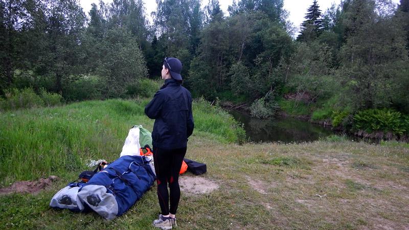 Сразу после трудового дня забросились на поляну возле Мезы (24 км. от Костромы), чтобы не терять время на транспортировку на следующий день.