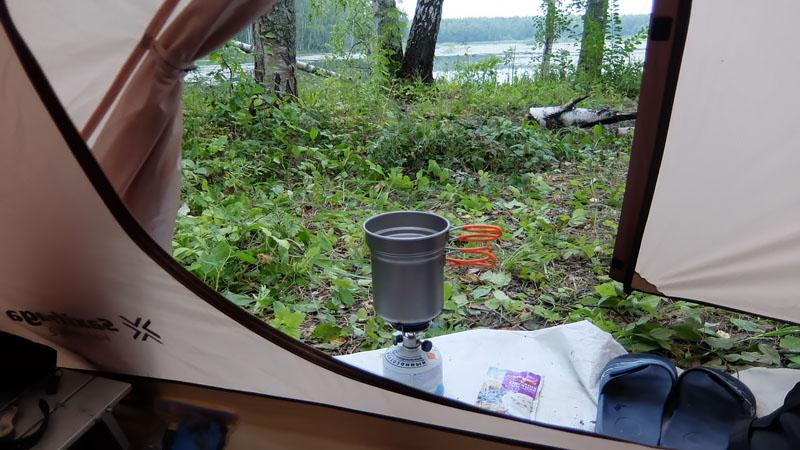 Всю ночь поливал дождь и сейчас продолжается. Утренний завтрак готовится в тамбуре.