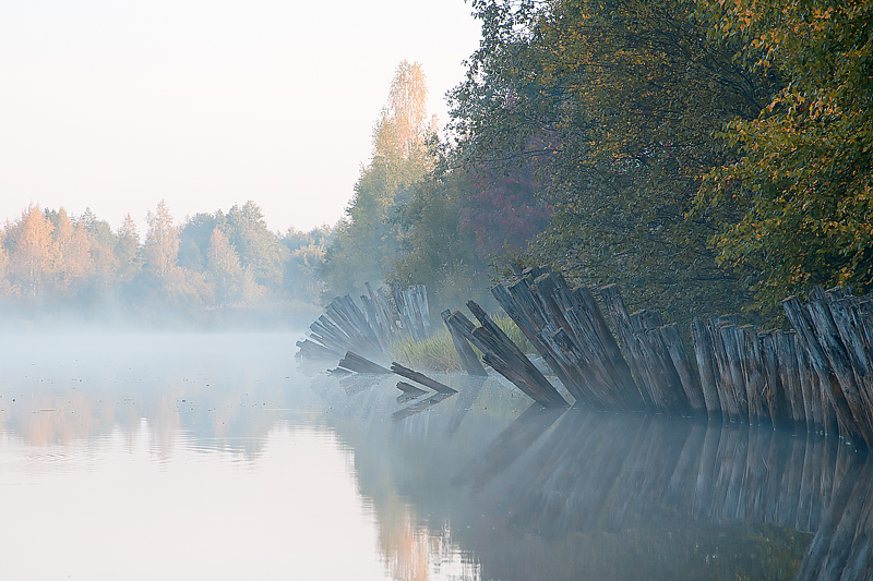 Местами сохранились деревянные сваи, забитые нашими далекими строителями. Сейчас же канал заковывают в металл, лишая свободы размывать берега и жить по своему водяному усмотрению.