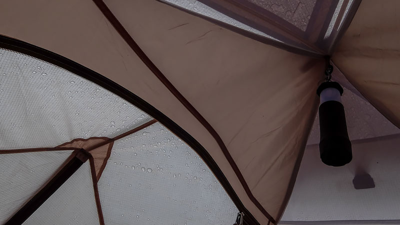 Созерцаю потолок палатки. Дождь по прогнозам должен скоро завершиться. Самое время послушать электронную или классическую музыку.