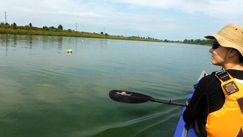 Проплываем по гребному каналу. Этот участок реки Кострома (Костромки, как ее здесь называют) используется местными спортсменами-байдарочниками. Но мы не спортсмены, мы туристы, поэтому плывем дальше…