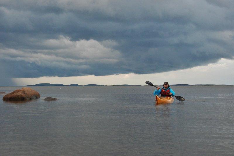Пока мы с Олегом стояли под прикрытием острова, то в проливе между ним и берегом (пролив Шуйская Салма) внезапно усилился ветер, море покрылось барашками. И Наташа как раз угодила в этот ветер.