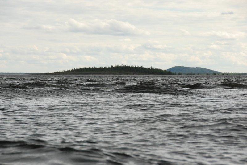 16:18. На полпути между островом Кашин и островом Большая Пужма опять полоса волн.