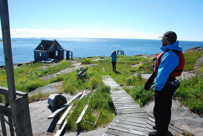 На верх острова ведёт деревянная дорожка.