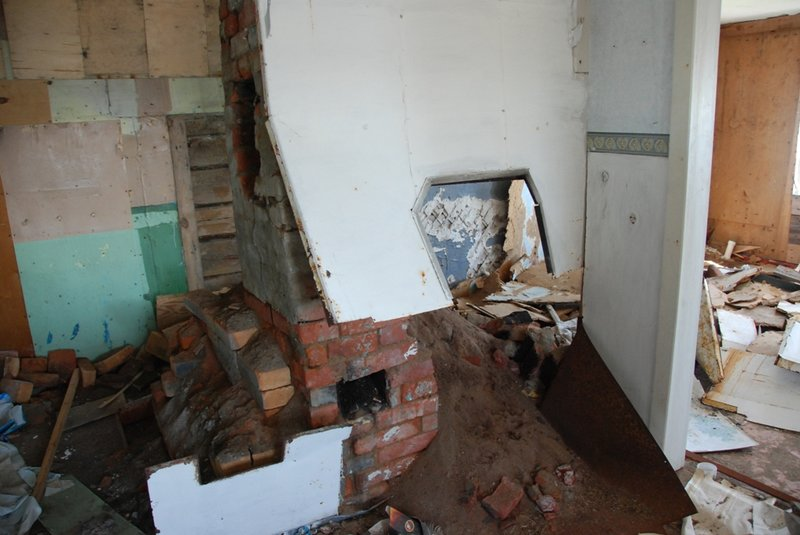 Видно, что обитатели стремились к комфорту. Дом изнутри везде обит фанерой, были поклеены обои. Туалет был внутри дома.