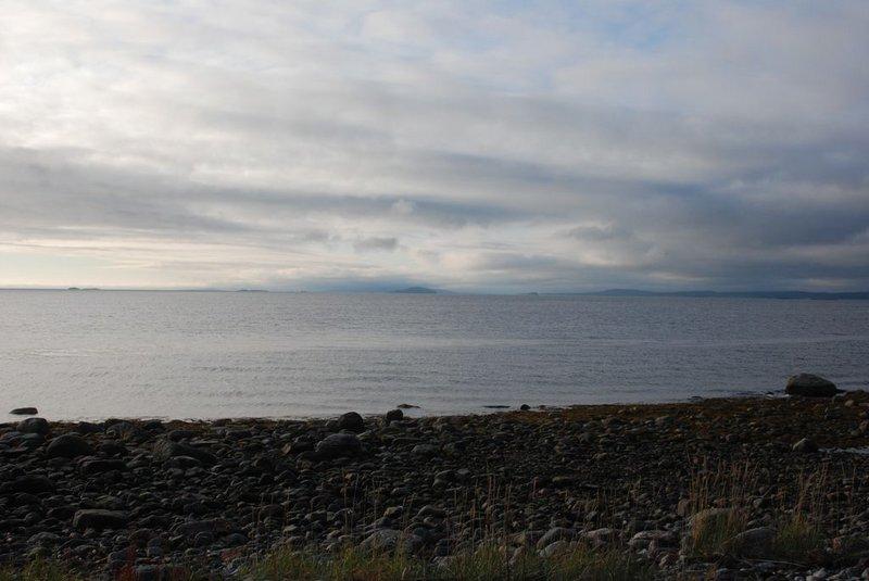 Горы Кандалакшского берега частично скрыты. Пейзаж чем-то напомнил Лофотенские острова.