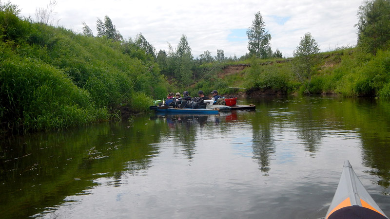 Обгоняем группу байдарочников. Совещаются или устроили перекус прямо на воде.