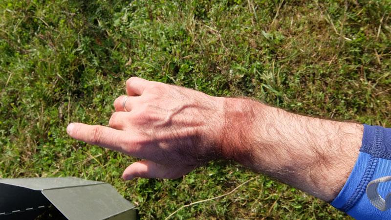 Если увидите такую форму загара на руке (загоревшее пространство между перчаткой и гидромайкой), - знайте, что перед вами, скорее всего, каякер. Т.е. человек конченный. Все его разговоры - это разговоры о каяках, походах и водной снаряге.