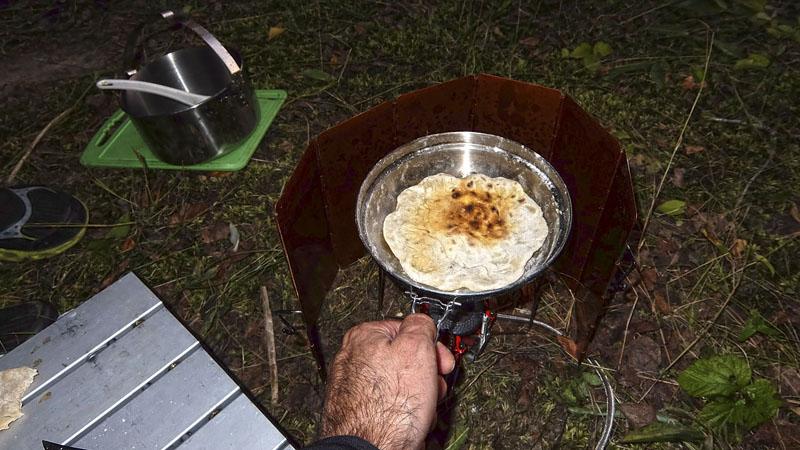 Разнообразим наше меню. Поскольку лаваш, взятый в поход уже закончился, на пробу испек пару лепешек в сковородке в дополнение к ужину. Все-таки в будущем решил делать блины (трудно после лепешек избавиться от нагара). Это намного проще: взболтал ингредиенты в пластиковой бутылке – и на сковородку. Только сковорода должна быть с антипригарным покрытием. А таковую не так просто найти в походном исполнении.