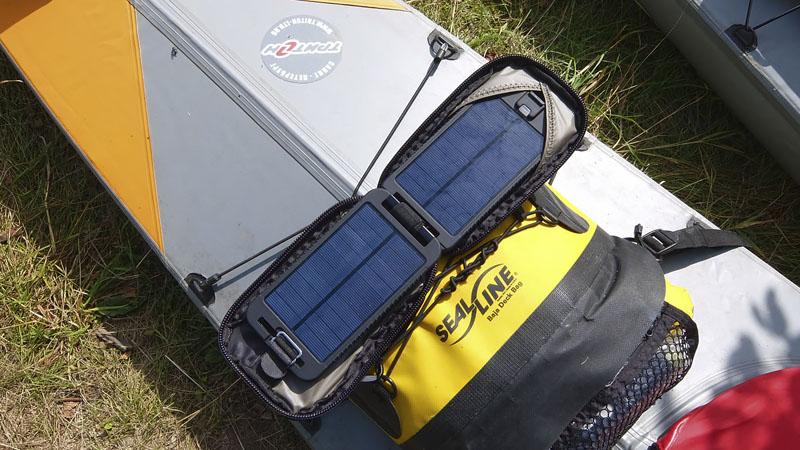 А эта солнечная батарея прекрасно дополняет предыдущую. Ее площадь в разы меньше, но она постоянно пребывает на деке и успевает за день в хорошую погоду запасти во встроенный прямо в неё аккумулятор 3500 mAh. Защищена от воды еще лучше – вплоть до кратковременного погружения.