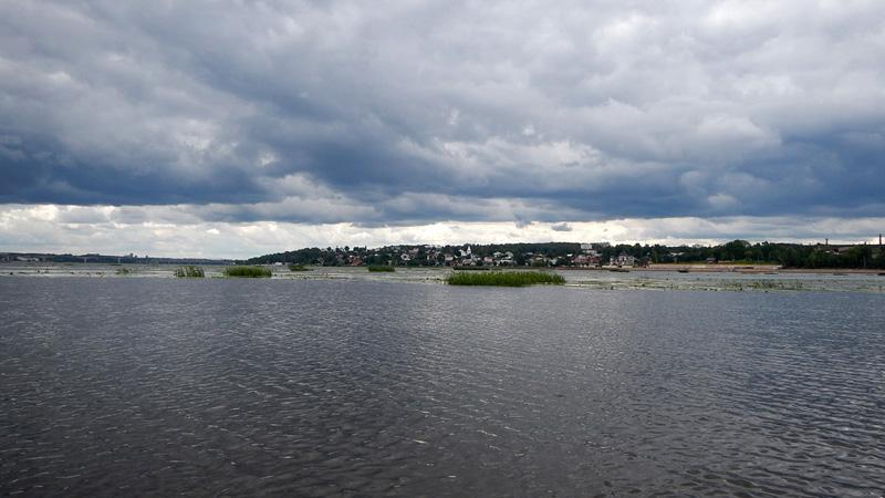 Оборачиваюсь глянуть на удаляющуюся Кострому. Погода в первый день похода не слишком-то балует.