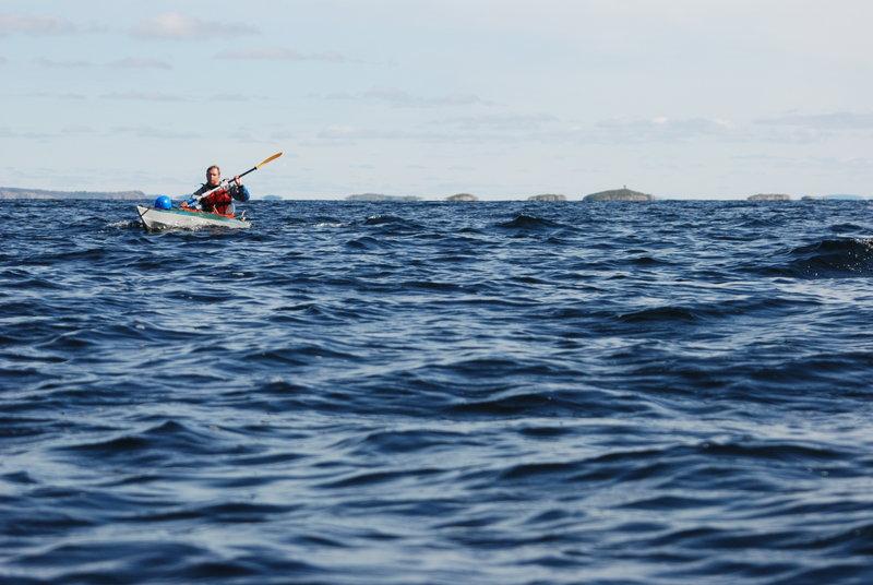 Слева от нас появилсяв зоне видимости Карельский берег, покрытый горами. Сказка!Когда губабыла почти пересечена, то поднялся небольшой ветер, появилась рябь.