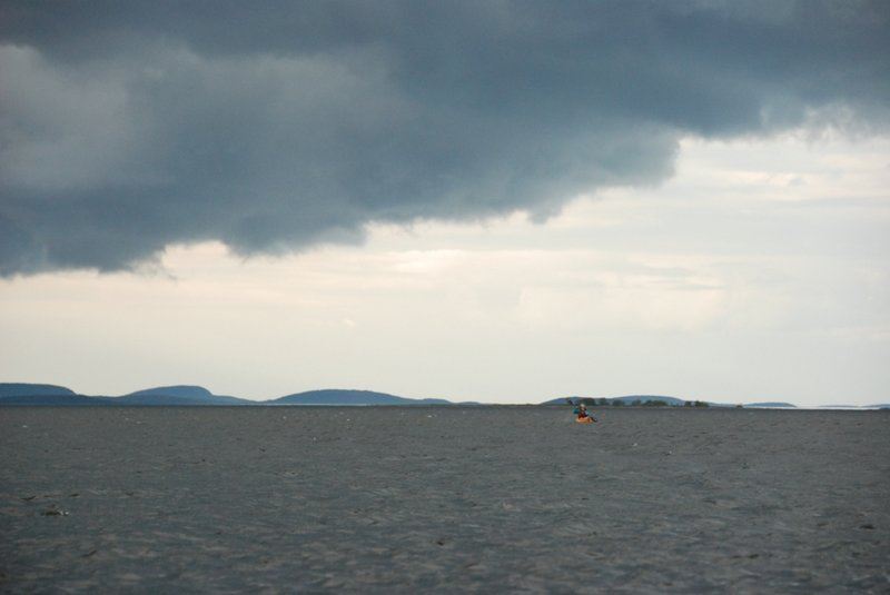 Несмотря на ветер через 5 минут Наташа воссоединилась с нами с абсолютно невозмутимым видом. Плывём дальше. Решили дойти до острова Равлуда и на нём встать.