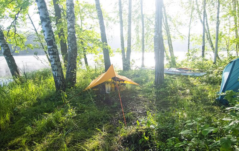 О-хо-хох! Вылез из палатки и чуть не ослеп. Если греет солнце, туман обычно быстро рассеивается. Или бывает так, что плотный туман застилает солнце целиком. Но вот когда солнце и туман совмещаются, и ты пребываешь на границе тумана, можно наблюдать вот такую редкую картину. Туман рассеивает солнечные лучи и кажется, что свет льется отовсюду, что им пронизано все пространство. Я испытал какую-то почти мистическую эйфорию, глядя на это. Да, вот именно так и нужно начинать новый день – с небольшого такого просветления. Сатори, аригато!
